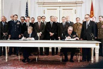 Jimmy Carter si Leonid Brejnev la semnarea Tratatului SALT II - foto: ro.wikipedia.org