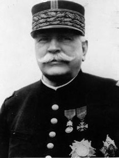 """Joseph Jacques Césaire Joffre (n.12 ianuarie 1852 - d. 3 ianuarie 1931). mareșal francez în timpul Primului Război Mondial. Este cel mai cunoscut prin faptul că a retras și a regrupat armatele aliate în Prima bătălie de pe Marna, fiind artizanul victoriei strategice a aliaților în 1914, la debutul Primului Război Mondial. Popularitatea i-a adus porecla de """"Papa Joffre"""" - foto: ro.wikipedia.org"""
