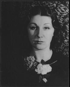 Judith Anderson, (10 februarie 1897 - 3 ianuarie 1992), actriță americană de origine australiană. A câștigat două premii Emmy și un premiu Tony și a fost nominalizată la premiile Grammy și Oscar - foto (Judith Anderson în 1934): ro.wikipedia.org