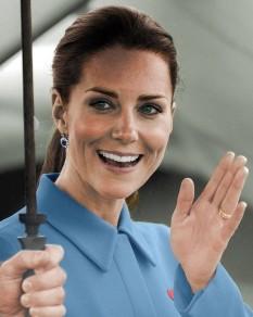 """Catherine, ducesă de Cambridge (Catherine Elizabeth; născută Middleton; n. 9 ianuarie 1982),[1] cunoscută popular sub numele """"Kate"""" este soția Prințului William de Wales. Ducele de Cambridge este al doilea în linia de succesiune la tronurile Commonwealth, după tatăl său; este de așteptat ca într-o zi ducesa să devină regină consort - foto: ro.wikipedia.org"""