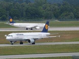 """Deutsche Lufthansa AG este cea mai mare companie aeriană germană și din Europa. Numele provine de la Luft (germană """"aer""""), și Hansa (Liga hanseatică) - foto: ro.wikipedia.org"""