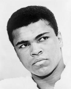 """Muhammad Ali (născut sub numele Cassius Marcellus Clay, Jr., pe 17 ianuarie 1942, în orașul Louisville, statul Kentucky, SUA) este un fost boxer profesionist, campion mondial la box. În anul 1974 a fost ales Sportivul anului din SUA, iar în 1999, Ali a fost desemnat """"Sportivul secolului"""" de revista americană Sports Illustrated - in imagine, Ali în 1967 - foto: ro.wikipedia.org"""