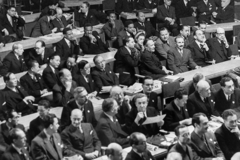 A view of the delegations gathered for the first session of the UN General Assembly when it opened on 10 January 1946 at Central Hall in London, United Kingdom. UN Photo/Marcel Bolomey - foto: un.org