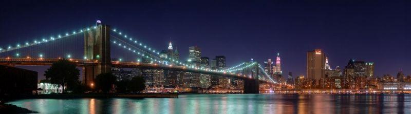 Podul Brooklyn este unul dintre cele mai vechi poduri suspendate din Statele Unite. Finalizat în 1883, leagă cartierele Manhattan si Brooklyn din New York City, traversând East River. Având 1.825 m lungime, a fost cel mai lung pod suspendat din lume de la deschiderea sa și până în 1903, și primul pod suspendat pe cabluri din sârmă de oțel - Podul Brooklyn noaptea - foto: ro.wikipedia.org