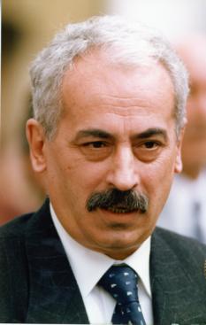 Radu Vasile (n. 10 octombrie 1942, Sibiu - d. 3 iulie 2013, București) a fost un om politic și istoric român, prim ministru al României între 1998 și 1999, propus de PNȚCD - foto: ro.wikipedia.org