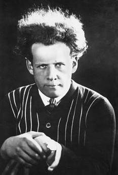 Serghei Mihailovici Eisenstein (n. 23 ianuarie 1898 — d. 11 februarie 1948) a fost un cineast rus care a revoluționat cinematografia de la începutul secolului al XX-lea prin teoria sa a montajului, pe care a concretizat-o în filme, dintre care Crucișătorul Potemkin este cel mai cunoscut - in imagine: Eisenstein in St. Petersburg, 1910s - foto: ro.wikipedia.org