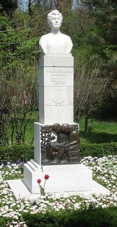 """Smaranda Gheorghiu (n. 5 octombrie 1857, Târgoviște - d. 26 ianuarie 1944, București) a fost o scriitoare, publicistă, militantă activă în mișcarea feministă a epocii, membră a mai multor societăți culturale, considerată educatoare a poporului. Este cunoscută și sub numele de Maica Smara, poreclă primită de la Veronica Micle - in imagine, Monumentul """"Maica Smara"""" din parcul Cişmigiu din București, sculptor: Mihai Onofrei - foto: ro.wikipedia.org"""