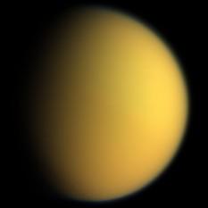 Titan (sau Saturn VI) este cel mai mare satelit al planetei Saturn. Acesta este singurul satelit natural cunoscut care are o atmosferă densă și singurul corp ceresc, altul decât Pământul, pentru care există o dovadă clară că are o suprafață lichidă - Imagine făcută de Cassini în 2005 - foto: ro.wikipedia.org
