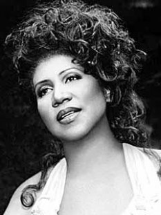 Aretha Franklin (n. 25 martie 1942, Detroit) este o cântăreață, compozitoare și pianistă americancă. Deși cunoscută pentru melodiile ei soul și fiind numită Regina muzicii Soul, cântă de asemenea jazz, blues, R&B, muzică gospel și rock - foto: mtv.com