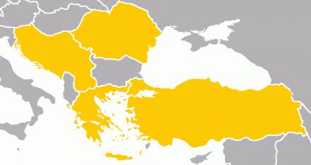 Înțelegerea Balcanică a fost o alianță formată la 9 februarie 1934 de către Iugoslavia, România, Grecia și Turcia (fostul Bloc Balcanic) cu un caracter defensiv, în cazul izbucnirii unui război, țările aliate își puteau apăra granițele. Era prin urmare în armonie cu Mica Înțelegere (formată din Iugoslavia, România, și Cehoslovacia ce avea același caracter defensiv. Ideea principală a acestor înțelegeri a fost de a creea o alianță a Balcanilor, țările din acest spațiu fiind o zonă tampon între Rusia si Vest. Ele doreau să își poata apară granițele împotriva oricărui inamic. Singura țară ce nu a participat la aceste alianțe a fost Bulgaria, care deși nu era o putere, cu o armata mică, avea mari pretenții teritoriale. Evenimentele din cadrul celui de-al doilea război mondial au dus la dezintegrarea Înțelegerii Balcanice - foto: ro.wikipedia.org