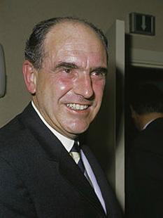Andreas Papandreou (n. 5 februarie 1919 Chios - d. 23 iunie 1996 în Ekali) a fost un politician grec. În urma puciului militar din anul 1967 a fost arestat, dar ulterior a devinit prim-ministru al Greciei între anii 1981-1989 și 1993-1996. În perioada 1974 - 1996 a fost lider al Mișcării Panhelenice Socialiste (PASOK). Este tatăl lui Giorgos Andreas Papandreou - in imagine, Andreas Papandreou in 1968 - foto: en.wikipedia.org