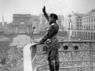 Benito Amilcare Andrea Mussolini (n. 29 iulie, 1883, Predappio lângă Forlì – d. 28 aprilie, 1945, Giulino di Mezzegra lângă Como) a fost conducătorul fascist al Italiei între anii 1922 și 1943. A creat un stat fascist utilizând propaganda și teroarea de stat. Folosindu-și carisma, controlul total al mediei și intimidarea rivalilor politici, a ruinat sistemul democratic de guvernare existent. Intrarea sa în cel de-al Doilea Război Mondial alături de Germania lui Adolf Hitler a făcut din Italia o țintă pentru atacurile Aliaților, ceea ce a dus în final la căderea dictaturii fasciste mussoliniene și moartea lui. În noiembrie 2004 a fost votat al 34-lea mare italian într-un sondaj de opinie TV. - foto: cersipamantromanesc.wordpress.com