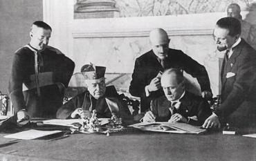 Benito Mussolini, liderul fascist italian, şi Cardinalul Pietro Gasparri au semnat in Palatul Lateran Tratatul de la Roma de normalizare a relaţiilor dintre papalitate şi statul italian - foto: cersipamantromanesc.wordpress.com