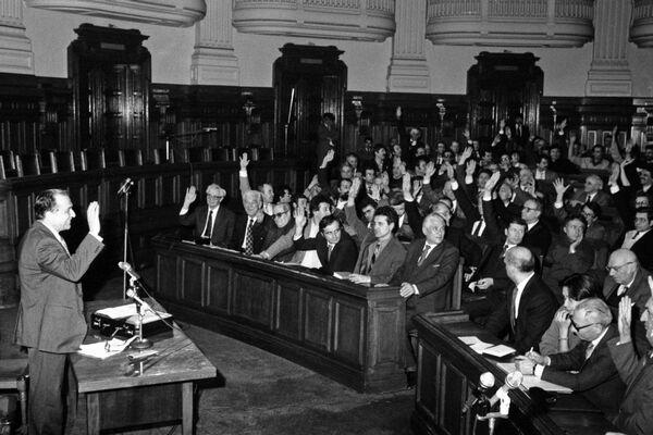 Ședința de constituire a Consiliului Provizoriu de Uniune Națională din 9 februarie 1990; ședințele CPUN s-au desfășurat în fostul sediu al Marii Adunări Naționale, care din 1997 a devenit Palatul Patriarhal. În imagine: Ion Iliescu din partea CFSN  Foto: (c) Codruța DRAGOESCU / AGERPRES ARHIVĂ