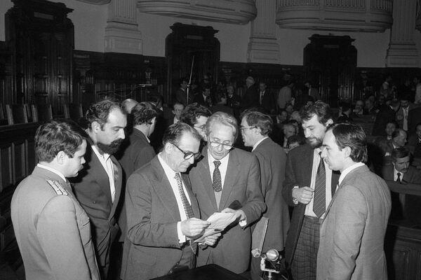 Ședința de constituire a Consiliului Provizoriu de Uniune Națională din 9 februarie 1990. În imagine: Varujan Vosganian din partea Uniunii Armenilor din România, Ion Iliescu din partea CFSN, Ion Diaconescu din partea Partidului Național Țărănesc Creștin și Democrat  Foto: (c) Codruța DRAGOESCU / AGERPRES ARHIVĂ