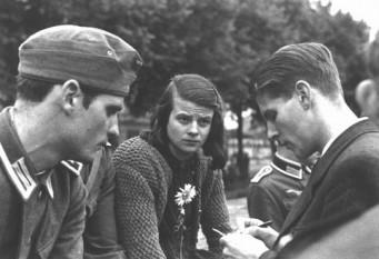 22 febuarie 1943 – La München, Germania au fost executați prin ghilotinare studenții: Christoph Probst, Hans Scholl si sora lui Sophie Scholl, primii trei membri ai grupului de rezistență antinazist Trandafirul Alb - in imagine, Membrii grupului Trandafirul Alb, München 1942.De la stânga: Hans Scholl , sora lui Sophie Scholl şi Christoph Probst. Foto: Muzeul Memorial al Holocaustului din S.U.A. - foto: cersipamantromanesc.wordpress.com