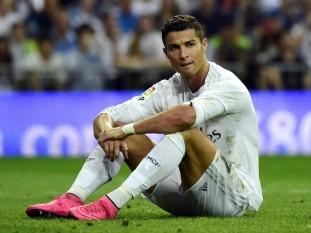 Cristiano Ronaldo dos Santos Aveiro (n. 5 februarie 1985, Funchal, Madeira, Portugalia), cunoscut ca Cristiano Ronaldo, este un fotbalist portughez, care evoluează la clubul spaniol Real Madrid și la echipa națională de fotbal a Portugaliei. Ronaldo este considerat unul din cei mai buni fotbaliști din toate timpurile, alături de rivalul său Lionel Messi. Este primul fotbalist portughez care a câștigat Balonul de Aur de trei ori și al doilea jucător după Messi care câștigă Gheata de aur de trei ori - foto: independent.co.uk (GETTY IMAGES)