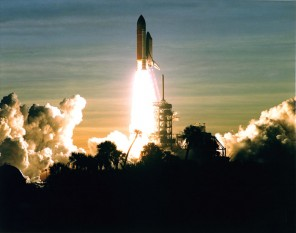 Kennedy Space Centre, Florida - Space Shuttle Discovery launches at the beginning of STS-60, the first mission in the Shuttle-Mir programme, carrying the first Russian cosmonaut ever to fly aboard the US Shuttle - foto: en.wikipedia.org