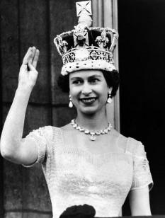 Elisabeta a II-a (în engleză Elizabeth Alexandra Mary) (n. 21 aprilie 1926, Londra) este regina a șaisprezece state suverane, cunoscute sub numele de Commonwealth. Acestea sunt: Regatul Unit, Australia, Canada, Noua Zeelandă, Jamaica, Barbados, Bahamas, Grenada, Papua Noua Guinee, Insulele Solomon, Tuvalu, Sfânta Lucia, Sfântul Vicențiu și Grenadine, Antigua și Barbuda, Belize și Sfântul Kitts și Nevis. A urcat pe tron la 6 februarie 1952, fiind în prezent al doilea monarh în viață ca durată a domniei, după regele Thailandei, Bhumibol Adulyadej, care domnește din 9 iunie 1946. Este cel mai longeviv monarh din lume, iar în istoria Marii Britanii are cea mai lungă domnie, depășind-o pe regina Victoria la 9 septembrie 2015. A domnit mai mult decât cei patru precursori ai ei la un loc (Eduard al VII-lea, George al V-lea, Eduard al VIII-lea și George al VI-lea). Jubileele de Argint, de Aur și de Diamant ale reginei Elisabeta a II-a s-au sărbătorit în 1977, 2002 și respectiv 2012 - foto: ro.wikipedia.org