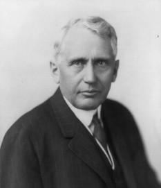 """Frank Billings Kellogg (* 22 decembrie 1856 – † 21 decembrie 1937) a fost un politician și om de stat american. Între anii 1925 și 1929 a fost Secretar de Stat al Statelor Unite în cabinetul Președintelui Calvin Coolidge. În 1928 a fost decorat cu ordinul Freedom of the City în Dublin, Irlanda și, în 1929, guvernul francez l-a făcut membru al Legiunii de Onoare. În perioada în care a fost Secretar de Stat a devenit coautor al Pactului Kellogg-Briand, semnat în 1928. Tratatul, propus de ministrul francez de externe Aristide Briand, dorea să legifereze """"renunțarea la război ca instrument al politicii naționale."""" Frank Billings Kellogg a primit Premiul Nobel pentru Pace în 1929 - foto: ro.wikipedia.org"""
