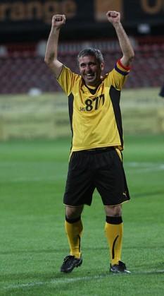 Gheorghe Hagi (n. 5 februarie 1965, Săcele, Constanța, jud. Constanța) este un om de afaceri, antrenor și fost fotbalist român, supranumit Regele fotbalului românesc și Maradona din Carpați. Este cel mai bun marcator din istoria naționalei României cu 35 de goluri înscrise, record pe care îl împarte cu Adrian Mutu. Gheorghe Hagi a jucat la echipele de club 515 meciuri și a marcat 283 de goluri , iar la echipa națională, a jucat 125 de meciuri reușind să marcheze 35 de goluri. Așa că Gică Hagi a devenit cel mai bun jucător român ( regele fotbalului românesc ) cu un total de meciuri ( Club + Națională ) de 640 și 318 goluri - foto: ro.wikipedia.org