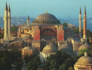 """Hagia Sophia a fost catedrala Patriarhiei de Constantinopol, apoi moschee, astăzi muzeu în Istanbul, Turcia. Prima biserică de pe acest loc a fost construită de Constantin cel Mare în anul 325, dar a ars într-un incendiu în anul 404. Reconstruită de Teodosiu al II-lea în 415, biserica a fost din nou arsă, în timpul Răscoalei Nika din 532. Clădirea și-a primit forma finală în 537 sub împăratul Iustinian I. Era foarte importantă pentru ortodoxia timpurie și pentru Imperiul Bizantin, fiind primul exemplu de arhitectură bizantină. Interiorul său decorat cu mozaice, coloanele de marmură și acoperișul sunt de o mare importanță artistică. Templul însuși era atât de bine decorat artistic încât se crede că Iustinian ar fi zis: """"Νενίκηκά σε Σολομών"""" (Solomon, te-am depășit!) - foto: cersipamantromanesc.wordpress.com"""