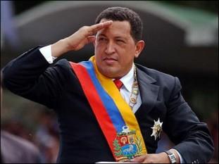 """Hugo Chávez (n. 28 iulie 1954 - d. 5 martie 2013) a fost președintele Venezuelei din 2 februarie 1999 până la moartea sa de pe 5 martie 2013. El a fost anterior liderul partidului politic Mișcarea a Cincea Republică de la înființarea sa din 1997 până în 2007, atunci când a fuzionat cu mai multe partide pentru a forma Partidul Socialist Unit din Venezuela (PSUV), pe care l-a condus până la moartea sa. Urmând propria ideologie politică de Bolivarianism și """"socialism al secolului XXI-lea"""", el s-a concentrat pe implementarea unor reforme socialiste în țară ca o parte a unui proiect social, cunoscut sub numele de Revoluția Bolivariană, care prevedea punerea în aplicare a unei noi constituții, consiliile democrației participative, naționalizarea mai multor industrii-cheie, creșterea fondurilor publice de îngrijire a sănătății și educației și reducerea semnificativă a sărăciei, după datele guvernului - foto: cersipamantromanesc.wordpress.com"""