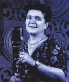 Ioana Radu (n. 17 februarie 1917, București — d. 19 septembrie 1990, București) a fost o cântăreață română de muzică populară și romanțe. A fost sora cântăreței Mia Braia și a doua femeie motociclist din România - in imagine, Ioana Radu în Studioul T3 de înregistrări al Societății Române de Radiodifuziune, în anii '50 - foto: ro.wikipedia.org