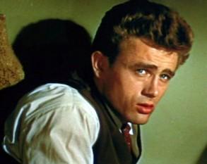 """James Byron Dean (n. 8 februarie 1931, Indiana - d. 30 septembrie 1955, Paso Robles) a fost un actor american de teatru și film, care a marcat tineretul american post-belic, mai ales prin rolul lui Jim Stark din filmul """"Rebel fără cauză"""" (Rebel Without a Cause) - in imagine, James Dean în rolul rebelui fără cauză, Jim Stark - foto: ro.wikipedia.org"""