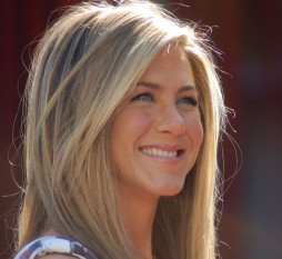 """Jennifer Joanna Aniston (n. 11 februarie 1969) este o actriță, regizoare, producătoare de film și femeie de afaceri americană. Ea a cucerit faima internațională pentru rolul lui Rachel Green în sitcom-ul Friends (Prietenii tăi) (1994–2004), rol pentru care ea a câștigat un premiu Emmy, un Glob de Aur și un premiu Screen Actors Guild Award. În 2012, Aniston a primit o stea pe Hollywood Walk of Fame. Adițional, revista Men's Health a ales-o pe Aniston drept """"cea mai sexy femeie din toate timpurile""""  - in imagine,Jennifer Aniston în 2012 -  foto: ro.wikipedia.org"""