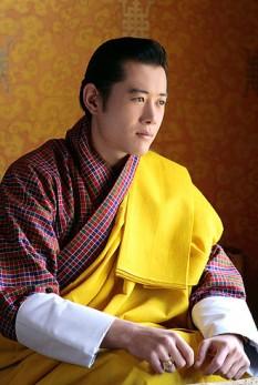 Jigme Khesar Namgyel Wangchuck (n. 21 februarie 1980) este al cincilea rege al Bhutanului și capul dinastiei Wangchuck. A devenit rege la 14 decembrie 2006 și a fost încoronat oficial la 6 noiembrie 2008. La deschiderea sesiunii parlamentare din 20 mai 2011, regele a anunțat logodna sa cu Jetsun Pema, o tânără în vârstă de 21 de ani, născută la Thimphu la 4 iunie 1990. Cei doi s-au căsătorit la 13 octombrie 2011 la Punakha Dzong - foto: ro.wikipedia.org