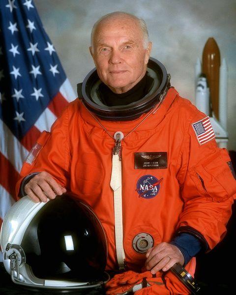 John Herschel Glenn, Jr. (n. 18 iulie 1921 - d. 8 decembrie 2016) a fost un pilot, inginer, astronaut și senator american. A fost pilot de luptă în cadrul U.S. Marine Corps și până la 8 decembrie 2016 era singurul supraviețuitor al astronauților din grupul Mercury Seven: elita piloților de încercare ai Armatei SUA selectați de NASA pentru a pilota rachetele experimentale Mercury și a deveni primii astronauți americani - foto; ro.wikipedia.org