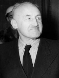 Julius Streicher (n. 12 februarie 1885, Fleinhausen lângă Augsburg — d. 16 octombrie 1946, Nürnberg) a fost un criminal de război nazist, politician național-socialist, fondatorul, proprietarul și editorul săptămânalului Der Stürmer, care a devenit principalul organ de propagandă antisemită nazistă din Al treilea Reich. După cel de al doilea război mondial, Julius Streicher a fost acuzat, judecat și condamnat la moarte în primul proces de la Nürnberg, fiind găsit vinovat de crime împotriva umanității și executat prin spînzurare, în 1946. Julius Streicher s-a născut la Fleinhausen, Bavaria, fiind unul din cei 9 copii ai lui Friedrich și Anna (n.Weiss) Streicher. Julius Streicher a fost de profesie învățător, fiul unui învățător și locotenent rezervist (decorat în Primul Război Mondial). Julius Streicher a fost obsedat de antisemitism din fragedă copilărie. În 1940 a fost exclus din posturile de partid în urma comportamentelor sale inaccetabile pe plan economic și personal - foto: ro.wikipedia.org
