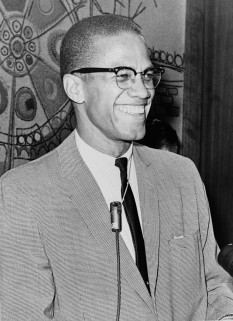 Malcolm X (născut Malcolm Little; 19 mai 1925 - 21 februarie 1965) (cunoscut și sub numele Hajji Malik El-Shabazz) a fost un preot musulman american de culoare și purtător de cuvânt pentru Nation of Islam. Pentru admiratorii săi a fost un avocat curajos pentru drepturile negrilor, un om care a pus sub acuzare albii din America în termenii cei mai aspri pentru crimele sale împotriva americanilor de culoare; insa adversarii l-au acuzat de propovaduirea rasismului și a violenței. El a fost numit unul dintre cele mai mari și mai influente personalitati afro-americane din istorie - foto: ro.wikipedia.org