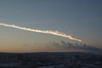Meteoritul de la Celeabinsk - 2013 este un corp ceresc care a intrat în coliziune cu Pământul în dimineața zilei de vineri 15 februarie 2013, în regiunea Celeabinsk din Rusia - in imagine, Trecerea meteoritului deasupra Ekaterinburgului, la circa 200 km de hipocentrul exploziei -  foto: ro.wikipedia.org