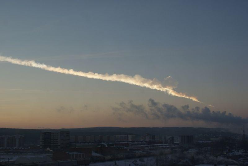 Meteoritul de la Celeabinsk (15 februarie 2013) - Trecerea meteoritului deasupra Ekaterinburgului, la circa 200 km de hipocentrul exploziei - foto preluat de pe ro.wikipedia.org
