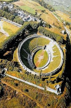 Pompeii a fost un oraş roman în apropierea oraşului Napoli, în regiunea Campania din Italia. În urma erupţiei vulcanului Vezuviu din anul 79 d.Hr., oraşul Pompeii a fost distrus şi acoperit de un strat gros de cenuşă şi piroclastite. Abia în anul 1748 a fost redescoperit întâmplător, după ce mai întâi Herculaneum, o altă localitate distrusă de aceeaşi erupţie a Vezuviului, fusese descoperită în 1738. Cercetările arheologice au scos la iveală o imensă cantitate de informaţii detaliate despre viaţa citadină în Imperiul Roman la culmea dezvoltării sale. În prezent, Pompeii este una dintre cele mai importante atracţii turistice ale Italiei - foto: ro.wikipedia.org