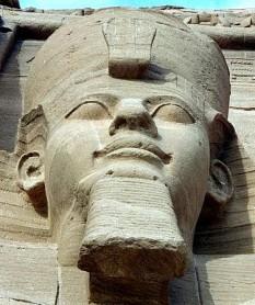 """Ramses al II-lea (cunoscut ca Ramses cel Mare; Ozymandias, în greacă) a fost al treilea faraon al celei de-a XIX-a Dinastii a Egiptului, Noul Regat. Este considerat cel mai cunoscut și cel mai mare faraon al Egiptului antic. Succesorii săi și poporul egiptean l-au supranumit """"Marele predecesor"""" și-l numesc, și astăzi, cu afecțiune """"Sese"""". Data încoronării lui Ramses al II-lea, III Shemu ziua 27 (31 mai 1279 î.Hr.), a fost declarată sărbătoare în timpul Dinastiei XX. Se presupune că a urcat pe tron în jurul vârstei de 24 - 25 de ani și a condus Egiptul din 1279 î.Hr până în 1213 î.Hr.., domnia sa durând 66 de ani și 2 luni, conform scrierilor lui Manetho. Conform anumitor legende ar fi trăit 99 de ani, dar de fapt a trăit până la vârsta de 90 - 91 de ani. Oricum în timpul domniei sale a celebrat 14 festivaluri Sed, mai mult decât oricare alt faraon egiptean. Fiind Prinț Regent a condus expediții în sud în Nubia, comemorate în inscripțiile de la Beit el-Wali și Gerf Hussein. În timpul domniei sale a condus câteva campanii militare în nord, în estul Mării Mediteraneene, pe actual amplasament al Israelului, Libanului și Siriei. În prima parte a domniei sale s-a axat pe construcția de orașe, temple și monumente și a stabilit capitala în noul oraș Pi-Ramses în Delta Nilului, pe ruinele orașului Avaris, fostă capitală a hiksoșilor. În acest oraș se afla principalul templu a lui Seth. A fost înmormântat în Valea Regilor în mormântul KV 7., apoi mumia sa a fost mutată într-un loc secret la Deir el-Bahari, fiind descoperită în 1881, iar acum mumia sa se află la Muzeul din Cairo - in imagine, Statuia lui Ramses al II-lea de la Abu Simbel - foto: ro.wikipedia.org"""