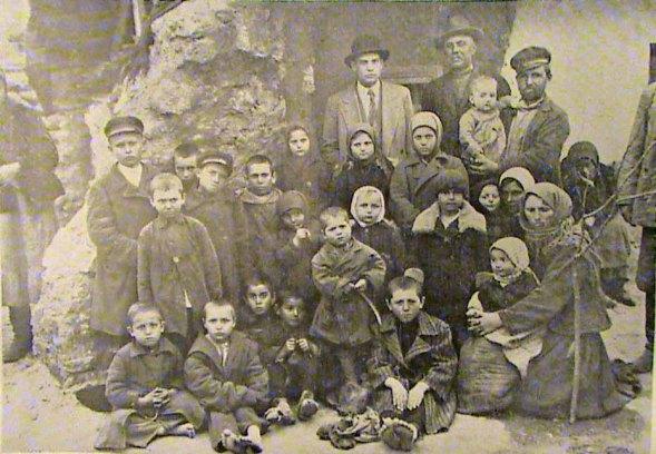 Masacrul de pe Nistru, 23 februarie 1932. Orfani cu părinţii ucişi la trecerea Nistrului de către grănicerii sovietici - foto: cersipamantromanesc.wordpress.com