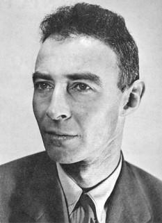 """J. Robert Oppenheimer (n. 22 aprilie 1904, d. 18 februarie 1967) a fost un fizician teoretician evreu-american, cunoscut pentru rolul său ca director al Proiectului Manhattan, efortul din timpul celui de-al doilea război mondial de a dezvolta primele arme nucleare, la laboratorul secret din Los Alamos în New Mexico. Cunoscut ca """"părintele bombei atomice,"""" Oppenheimer a fost șocat de puterea criminală a bombei după ce aceasta a fost folosită pentru a distruge orașele japoneze Hiroshima și Nagasaki. Citând din Bhagavad Gita, el a spus: """"Dacă lumina a o mie de sori ar exploda odată pe cer, ar fi ca frumusețea celui puternic. Sunt prefăcut în Moarte, distrugătorul lumilor."""" - foto: ro.wikipedia.org"""