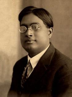 Satyendra Nath Bose (n. 1 ianuarie 1894 – d. 4 februarie 1974) a fost un fizician bengalez, specialist în fizică matematică. Este cunoscut pentru lucrările sale din domeniul mecanicii cuantice în anii 1920, prin care a pus bazele statisticii Bose-Einstein și pentru Condensatul Bose-Einstein. După el a fost denumit bosonul - in imagine, Satyendra Nath Bose in 1925 - foto: ro.wikipedia.org