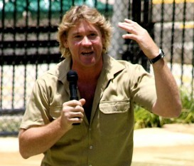 """Stephen Robert Irwin (n. 22 februarie 1962 – d. 4 septembrie 2006) a fost un prezentator de televiziune, ecologist și proprietar de grădină zoologică. A devenit cunoscut datorită documentarelor sale de pe Discovery (""""The Crocodile Hunter"""") și a filmelor artistice în care a jucat. Acesta încetat din viață în nordul Australiei, într-un accident subacvatic. În dimineața de luni, 4 septembrie 2006, a fost înțepat în piept de o pisică de mare; Stephen Irwin se afla în largul portului Douglas, la nord de Cairns Australia, unde lucra la un documentar despre lumea submarină - foto: ro.wikipedia.org"""
