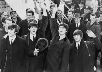 7 februarie 1964: Celebra trupă britanica The Beatles efectuează primul sau turneu în SUA - fotografie de la sosirea pe aeroportul JFK - foto: ro.wikipedia.org