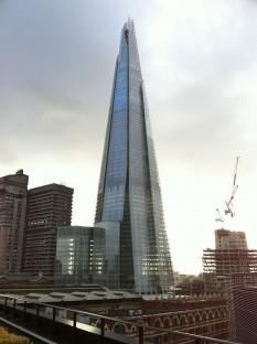The Shard (denumit și Shard London Bridge, London Bridge Tower sau Shard of Glass) este un zgârie-nori situat în Londra, Anglia. Măsurând 309,6 m în înălțime, construcția a fost terminată în data de 30 martie 2012 The Shard este cea mai înaltă clădire din Europa, dar și a doua structură neancorată, după înălțime, din Regatul Unit, depășită fiind doar de turnul de beton al stației de transmisie Emley Moor (330 m) - foto: ro.wikipedia.org