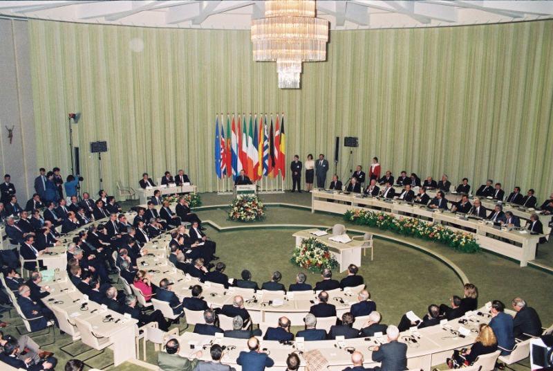 Semnarea Tratatului de la Maastricht (7 februarie 1992) - foto preluat de pe ec.europa.eu