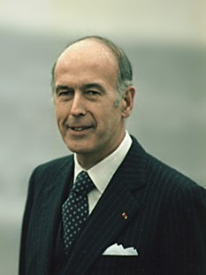 Valéry Giscard d'Estaing (n. 2 februarie 1926 la Koblenz, Germania) este un politician francez, care a fost între 1974 și 1981 președinte al Franței. Este membru al Academiei Franceze - in imagine, French president Valéry Giscard d'Estaing on January 5, 1978, during a visit of Jimmy Carter in Normandy - foto: ro.wikipedia.org