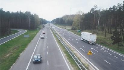 Autostrada A1 este o autostradă din România, parte a Coridorului IV pan-european de transport, aflată în construcție, din care sunt funcționale trei segmente: unul de 109,6 km care leagă Bucureștiul, capitala României, de Pitești, reședința județului Argeș (care are un capăt în vestul Bucureștiului și celălalt la intersecția cu DN7, la nord de Pitești); un alt segment de 132 km care ocolește orașul Sibiu pe la nord (între localitățile Șelimbăr și Șura Mică) și merge mai departe până la Deva, ocolind orașele Sebeș și Orăștie și tronsonul Traian Vuia–Nădlac, de 143 km. Autostrada A1 a fost prima construită în România, în perioada 1967–1972 și refăcută în 2000, cu noi segmente adăugate între anii 2007 și 2015 - foto: cersipamantromanesc.wordpress.com