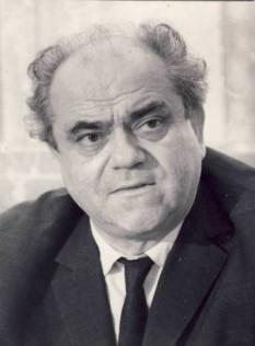 """Ștefan Ciubotărașu (n. 21 martie 1910, Lipovăț, Vaslui — d. 27 august 1970, București) a fost un actor și scriitor român. A studiat la Conservatorul de Artă Dramatică din Iași (1933). """"Talent înseamnă, înainte de toate, sinceritate. Să ai acea facultate înnăscută de a putea fi sincer, atât de sincer încât să te prindă tot ceea ce faci – fiindcă nu toți avem acest har, sărmanii de noi. Apoi, ca parte intrinsecă din sinceritate, trebuie să vină neapărat și modestia și numai după aceea meșteșugul și bineînțeles controversele despre talent."""" - foto: ro.wikipedia.org"""