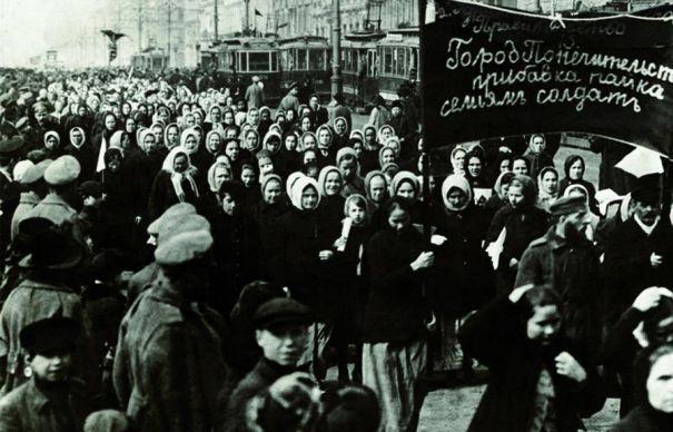 Petrograd, 8 martie 1917: femeile de la Uzinele Putilov au ieșit în stradă. Așa a început Revoluția Bolșevică - foto preluat de pe cersipamantromanesc.wordpress.com
