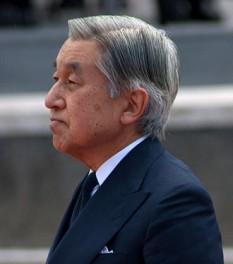 """Akihito  (n. 23 decembrie 1933) este actualul împărat al Japoniei și, potrivit tradiției, cel de-al 125-lea împărat descendent în linie directă din împăratul Jimmu Tenno. Constituția japoneză din 1947 i-a limitat rolul la cel de """"simbol al statului și al unității poporului japonez"""". Înainte de accesiunea sa la tronul Crizantemei, a fost prinț moștenitor timp de 46 de ani din 1952 până în 1989 - foto: ro.wikipedia.org"""